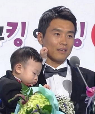 Lee Dong Guk and Daebak Win the Best Entertainer Award