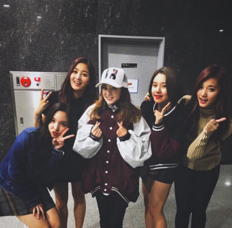 2NE1's Sandara Park Snaps Cute Photos With TWICE and Lovelyz