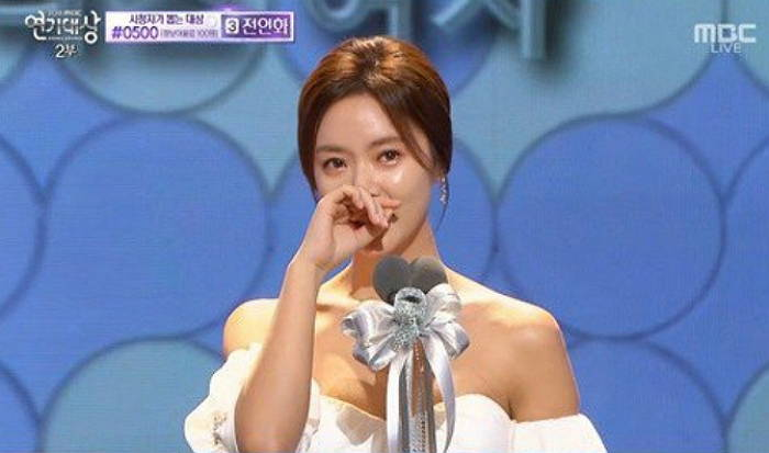 "Hwang Jung Eum Wins Big at the ""2015 MBC Drama Awards"""