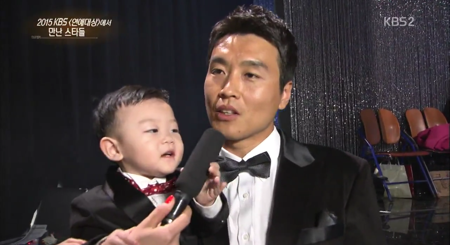 Daebak Grabs and Pushes Away Microphone Repeatedly During Lee Dong Gook's Interview