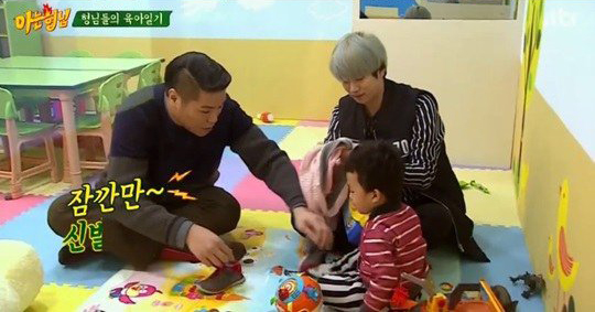 Super Junior's Kim Heechul and Seo Jang Hoon Do Their Best at Childcare
