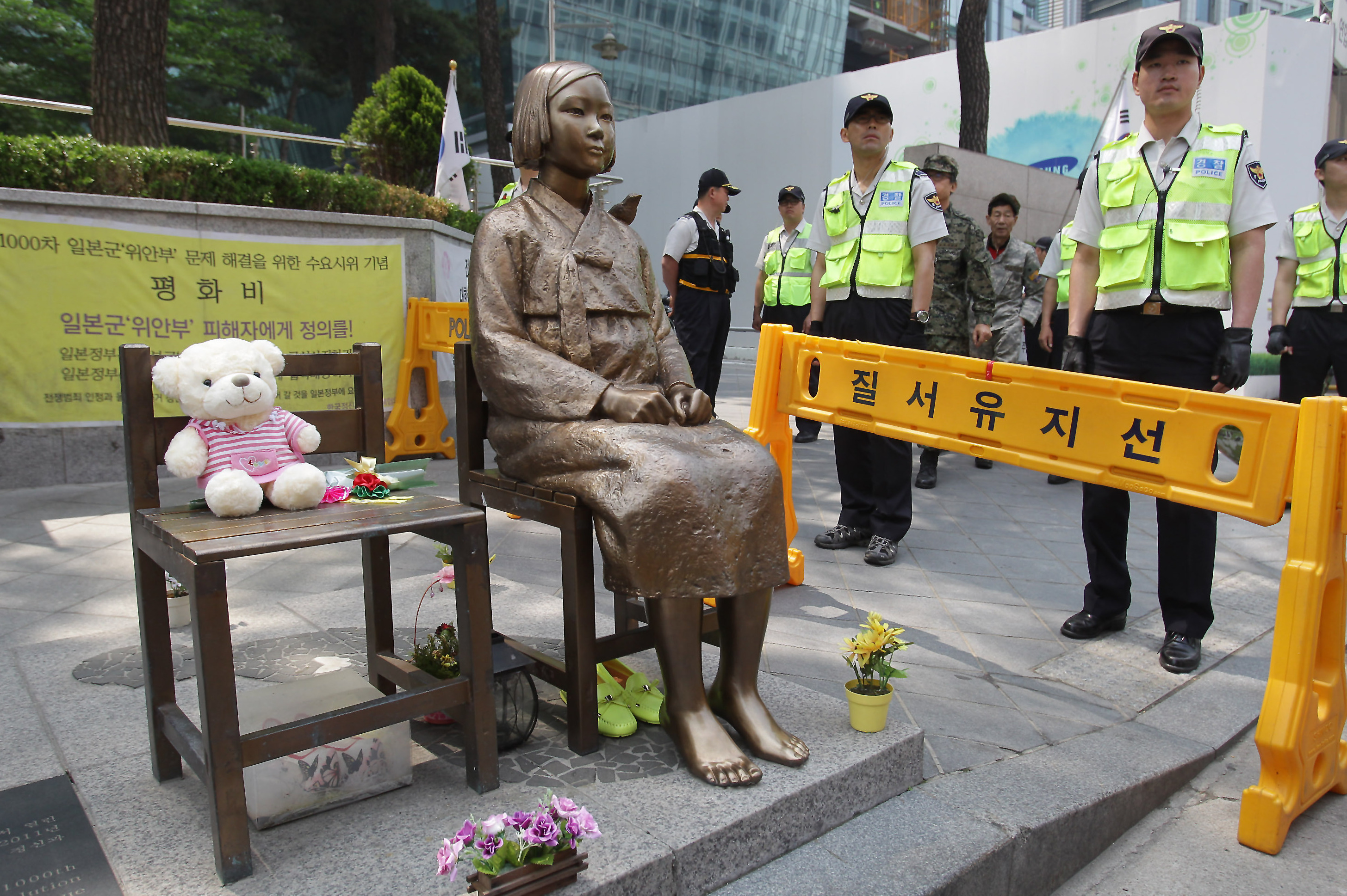"""South Koreans Angry at """"Comfort Women"""" Settlement That Calls for the Removal of Memorial Statue"""