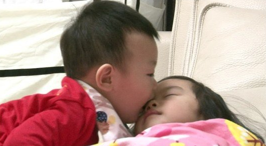 "Daebak Becomes Sleeping Beauty's Prince on ""The Return of Superman"""