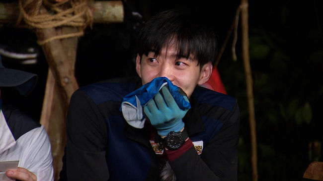 "Park Yoo Hwan Tears Up Thinking of Park Yoochun on ""Law of the Jungle"""