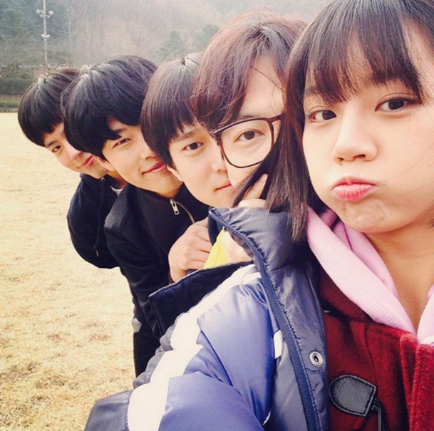 "Girl's Day Hyeri Inspires Squad Goals With ""Reply 1988"" Cast"