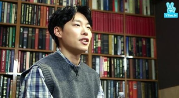 Ryu Jun Yeol Says He Is Moved to Tears by Fan Art in Live Broadcast