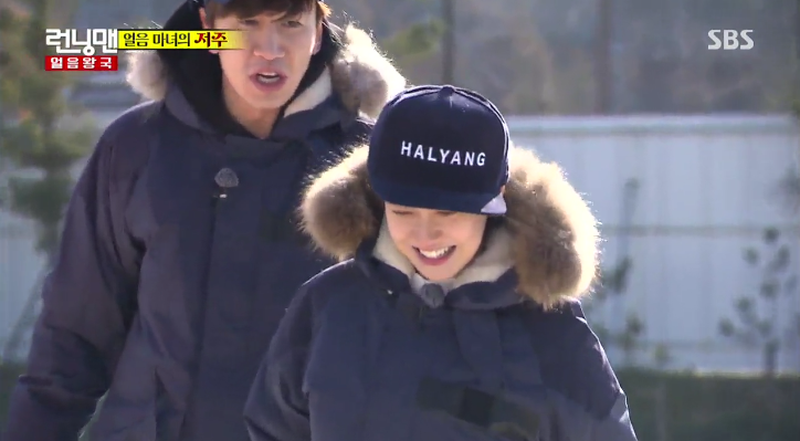"Lee Kwang Soo Responds to Song Ji Hyo's Aegyo By Kicking Her on ""Running Man"""