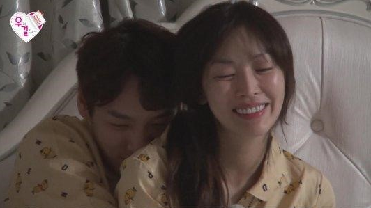 """Kim So Yeon Seduces Kwak Si Yang With a Drink on """"We Got Married"""""""