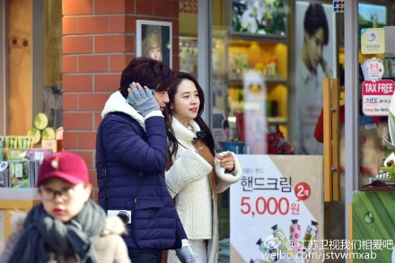 "Song Ji Hyo and Chen Bo Lin Spotted Filming in Seoul for ""We Are in Love"""