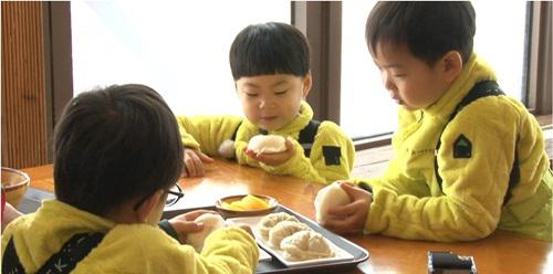 daehan-minguk-manse-feature