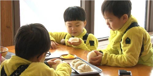 """Song Triplets Are Addicted to Steamed Buns on """"The Return of Superman"""""""