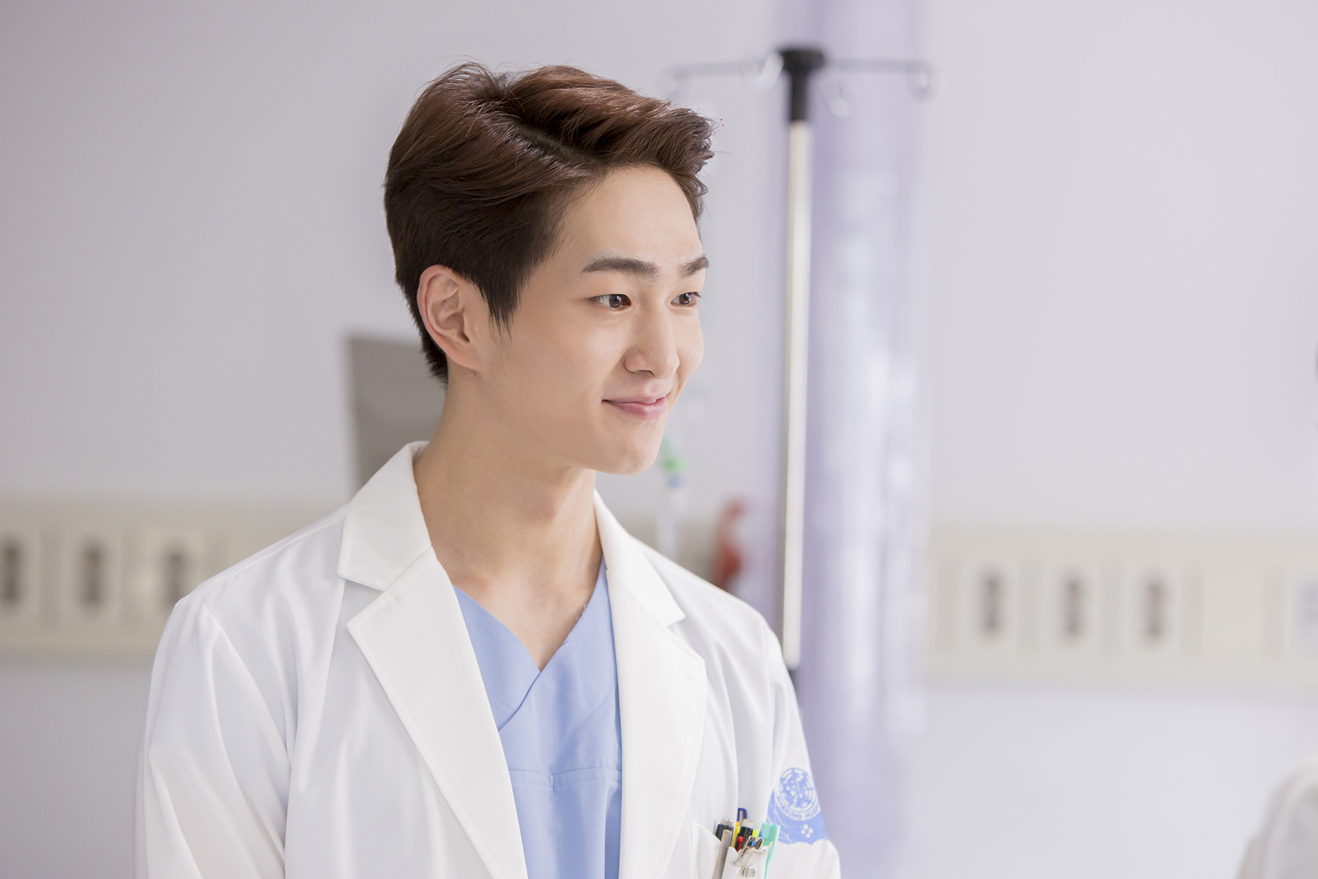 "First Stills of SHINee's Onew From ""Descendants of the Sun"" Released"