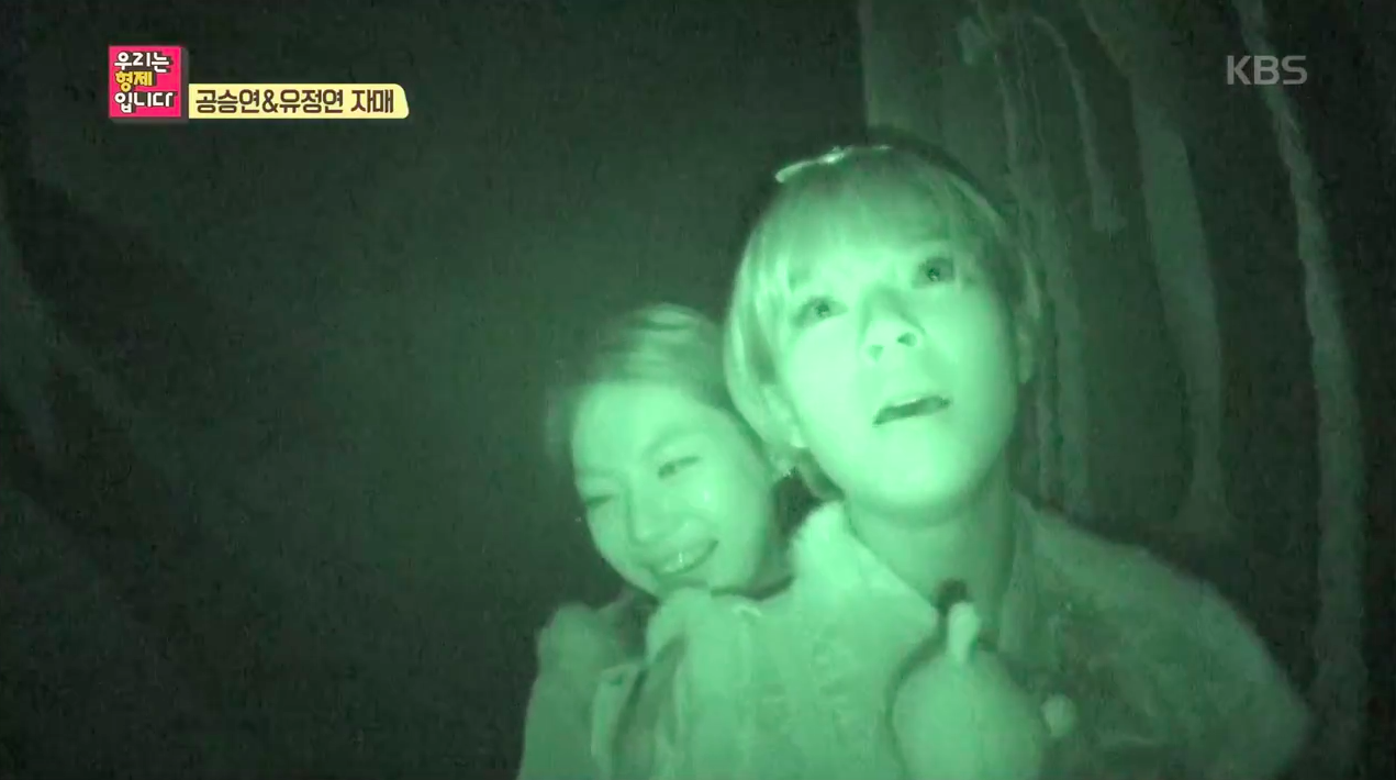 """TWICE's Jungyeon Protects Her Sister Gong Seung Yeon in a Haunted House on """"We Are Siblings"""""""