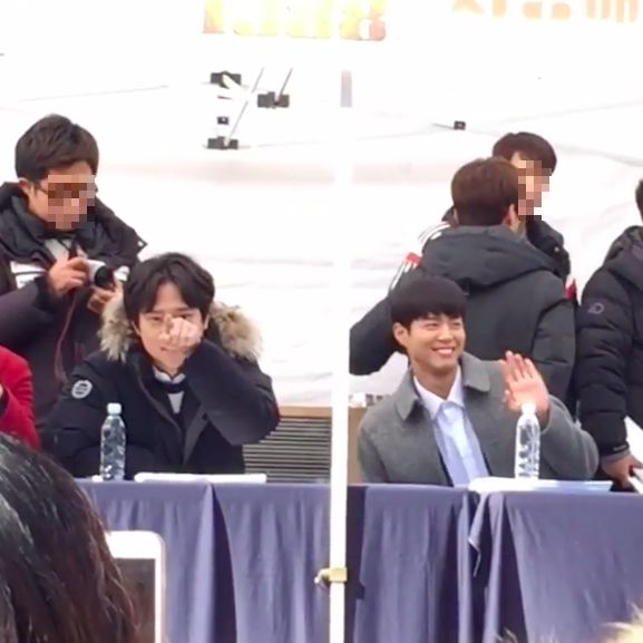 Park Bo Gum and Ko Kyung Pyo Make Eye Contact and Wave to Fans Taking Videos at Autograph Event
