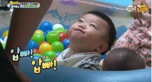 "Daebak Falls for Ki Tae Young on ""The Return of Superman"""