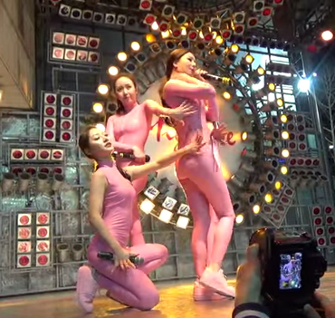 Six Bomb Dressed in Pink Stage Outfit Draws Attention