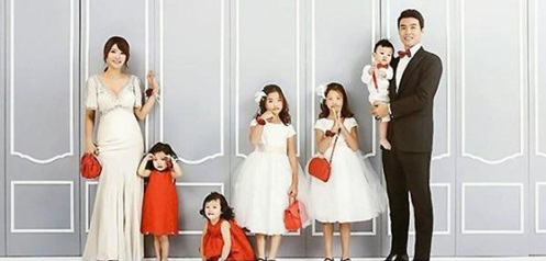 Lee Dong Gook's Family Takes a Wedding Pictorial to Celebrate 10 Year Anniversary