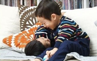 """Seo Eon and Seo Jun Become Little Chocolate Thieves on """"The Return of Superman"""""""
