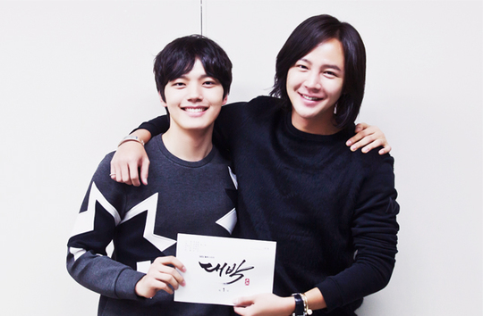 "Jang Geun Suk and Yeo Jin Goo Start Bromance in ""Daebak"" Script Reading Photos"