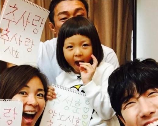 """Kwanghee Teaches Choo Sarang How to Write Korean on """"The Return of Superman"""""""