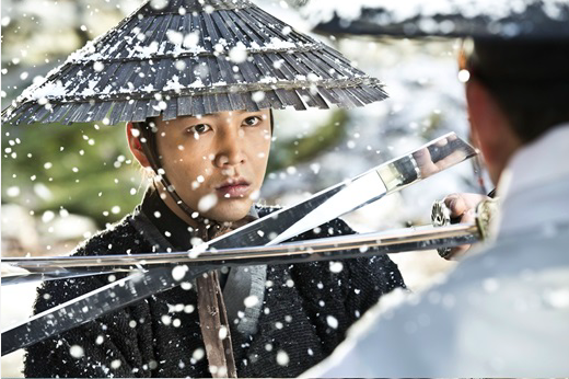 "Jang Geun Suk Faces Unknown Threat in ""Daebak"" Stills"