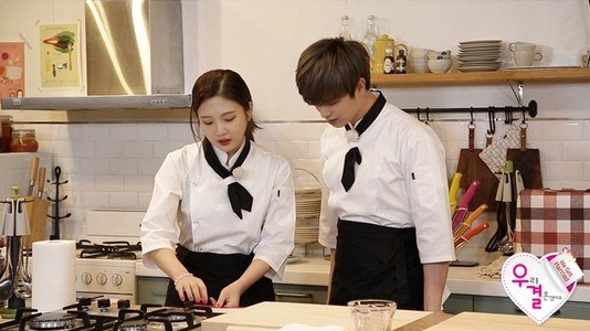 """Joy and Yook Sungjae Have a Romantic Cook-Off on """"We Got Married"""""""