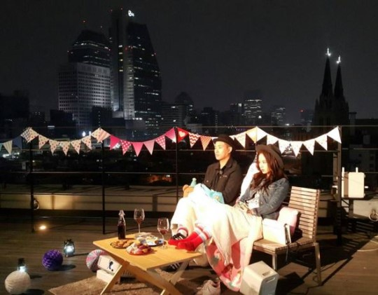 """""""Running Man"""" Teases Fans With a Photo of Gary and Song Ji Hyo on a Date"""