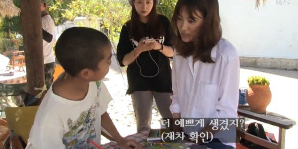 """Watch: Song Hye Kyo Asks if She Is Pretty in """"Descendants of the Sun"""" Behind-the-Scenes Clip"""