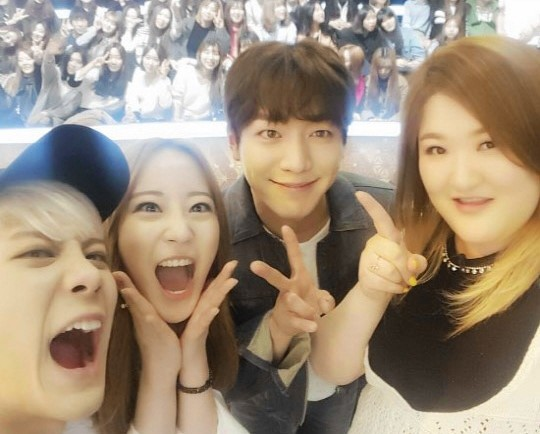 """Roommate"" Co-Stars Gather for a Fun Reunion Selfie"