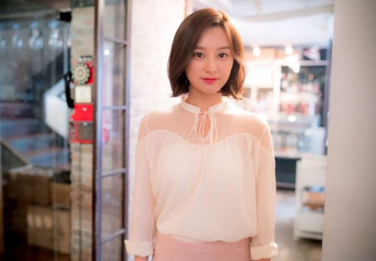 """Kim Ji Won Stays Humble and Raves About Her Co-Stars in """"Descendants of the Sun"""""""