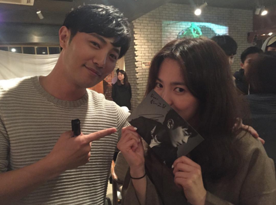 """Song Hye Kyo Celebrates Grabbing an Autograph From Jin Goo in Photos From """"Descendants of the Sun"""" Reunion"""