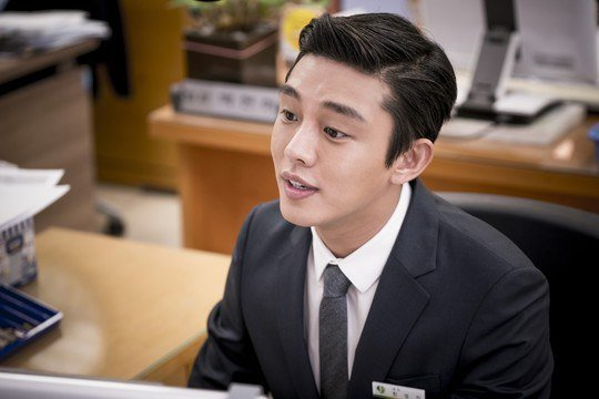 """Yoo Ah In Is All Smiles for Behind-the-Scene Photos From """"Descendants of the Sun"""""""