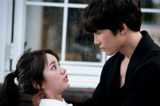 """Ji Sung and Hyeri Make Your Heart Race With New """"Entertainer"""" Stills"""