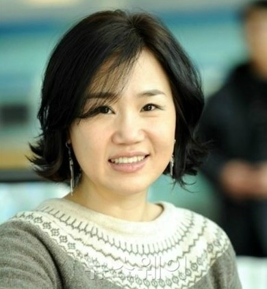 """Descendants of the Sun"" Writer Kim Eun Sook in Talks for New Drama"