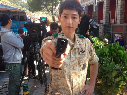 """Descendants of the Sun"" Actor Shares Behind the Scenes Photos"
