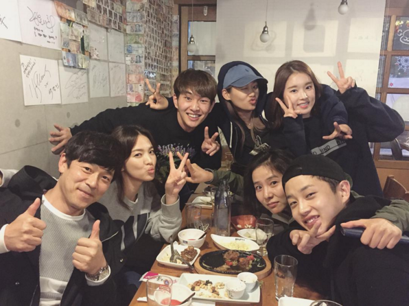 "Song Hye Kyo, Onew, Kim Min Suk, and More From ""Descendants of the Sun"" Reunite for Dinner"