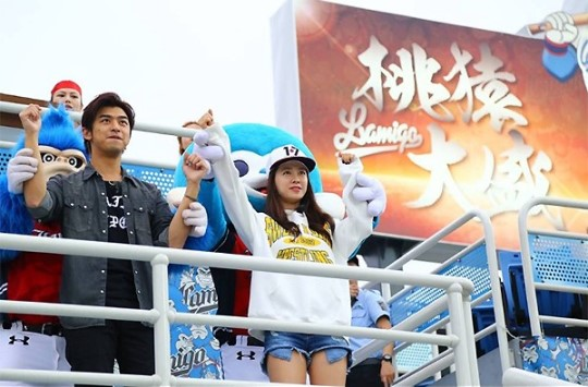 Song Ji Hyo and Chen Bolin Show Much Affection at a Baseball Game