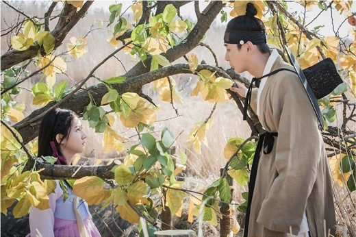 """Yoon Shi Yoon And Kim Sae Ron Meet For The First Time In """"Mirror Of The Witch"""" Stills"""