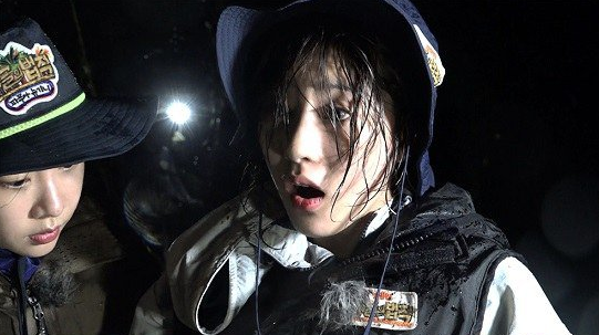 "A Pink's Hayoung Encounters A Dangerous Scorpion On ""Law of the Jungle"""