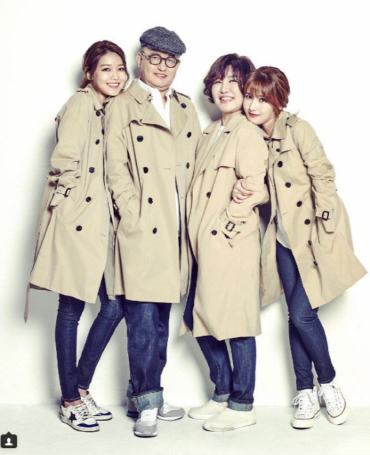 Girls' Generation's Sooyoung Posts Family Portrait For Parents' Day