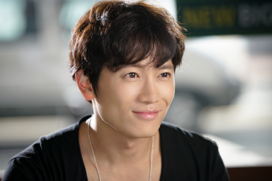 """Ji Sung Dubbed """"The Chemistry God"""" On Set Of """"Entertainer"""""""