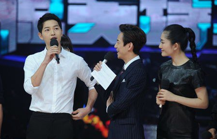 Song Joong Ki Is A Perfect Gentleman In Chinese Variety Show Stills