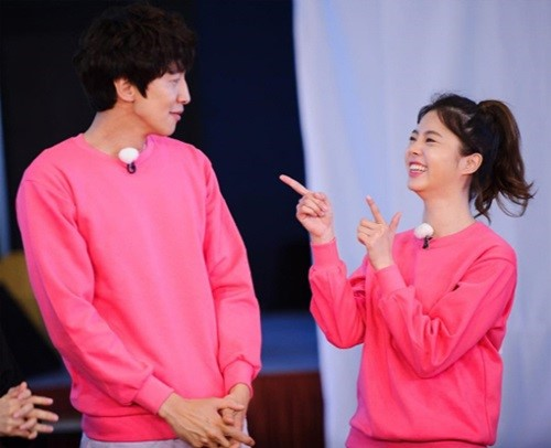 "Lee Kwang Soo Gets A Loveline With Uhm Hyun Kyung On ""Running Man"""