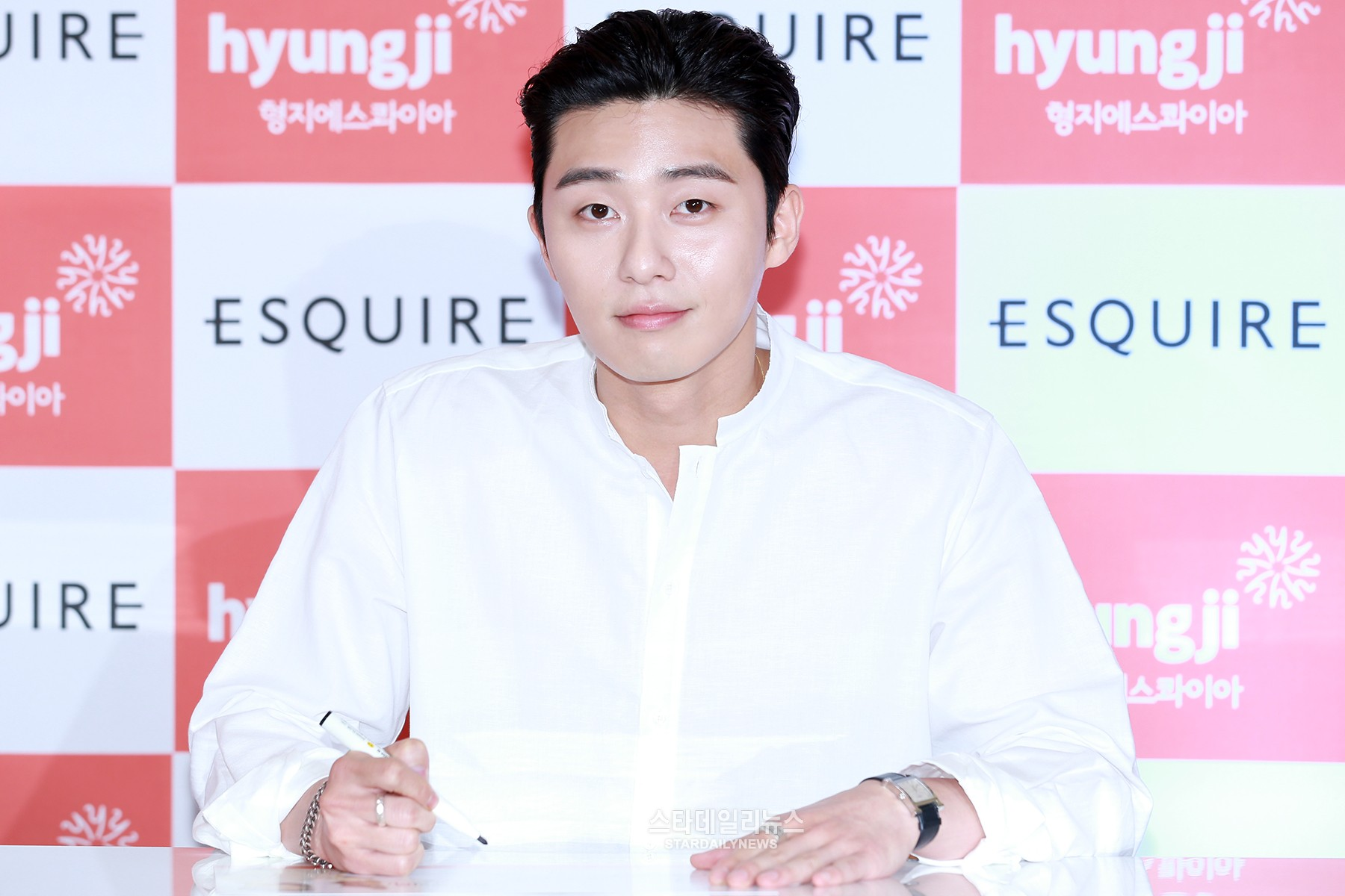 Watch: Park Seo Joon Makes Fans Swoon With Intimate Kisses