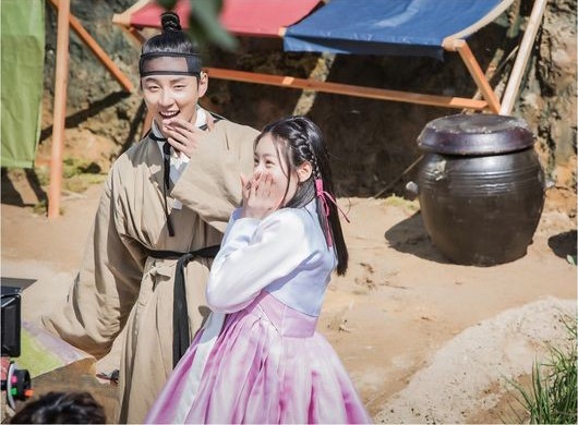"Yoon Shi Yoon And Kim Sae Ron Brighten Up The Set Of ""Mirror Of The Witch"""