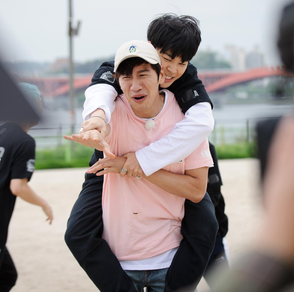 """BTS's Jimin Gets A Piggyback Ride From Lee Kwang Soo On """"Running Man""""?"""