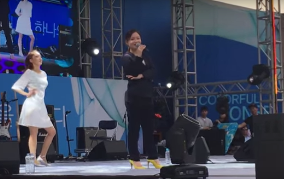 Watch: Lee Hi Performs A Cappella With Audience After Audio Cuts Off