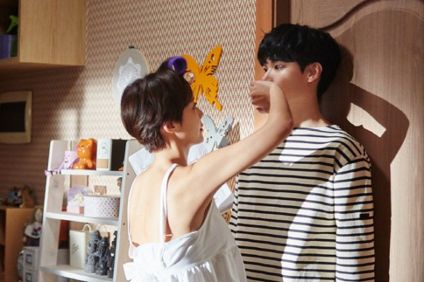 """""""Lucky Romance"""" Gives Sneak Peek Of Ryu Jun Yeol and Hwang Jung Eum's Hilarious Unscripted Scene"""