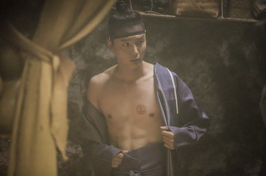 Yoon shi yoon 39 s six pack abs make anticipation rise for for Mirror of the witch