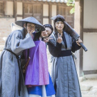 """Yoon Shi Yoon, Kim Sae Ron, And Lee Yi Kyung Are All Smiles On Set Of """"Mirror Of The Witch"""""""